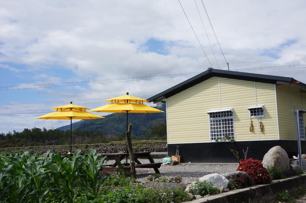 吸晴的鵝黃色陽光小屋,正是青農郭怡君玉米產品的重心所在
