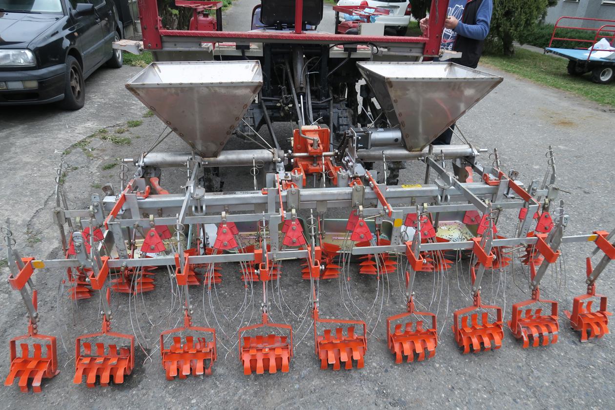 附掛式除草及施肥機械結構