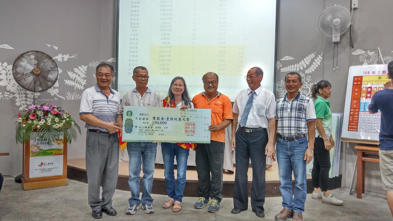 恭喜張玉妹農友(左3)榮獲「池上鄉稻米達人冠軍賽-臺灣好米組」冠軍