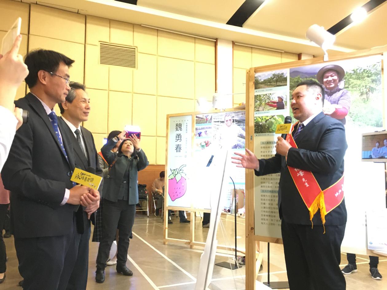 陳吉仲主任委員(左1)親臨現場,並聽取張簡裕峰(右1)解說